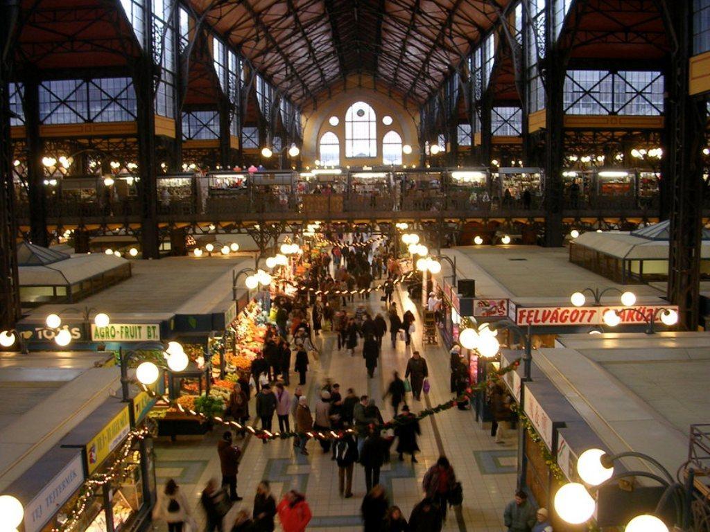 innenansicht-der-markthalle-in-budapest